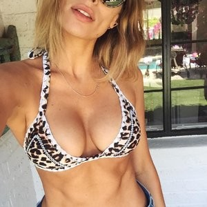 Arielle Vandenberg Cleavage (1 Photo) - Leaked Nudes