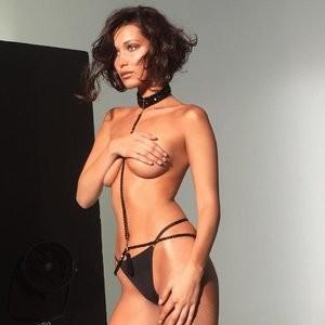 Bella Hadid Topless (1 Photo) – Leaked Nudes