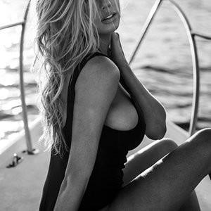 Celeb Naked Charlotte McKinney 006 pic