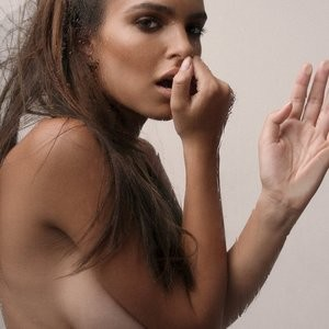 Free nude Celebrity Emily Ratajkowski 002 pic