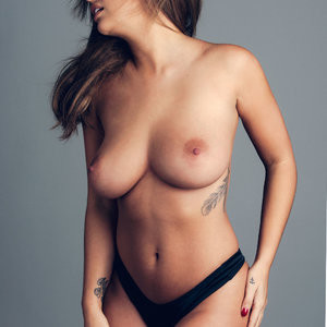 Famous Nude Holly Peers 003 pic