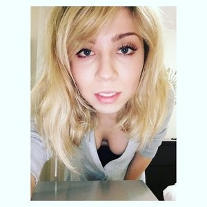 Jennette McCurdy Cleavage (1 New Photo) – Leaked Nudes