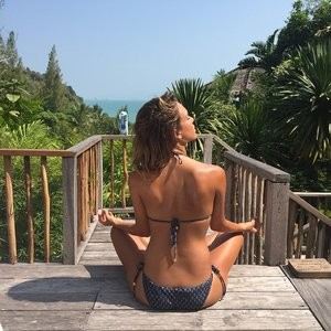 Jessica Alba Yoga in Bikini (1 Photo) - Leaked Nudes