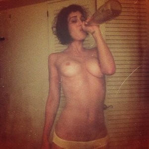 Lizzy Caplan Naked (1 Photo) – Leaked Nudes