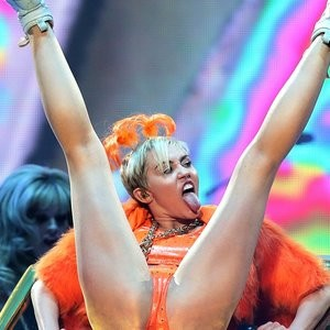 Naked Celebrity Miley Cyrus 009 pic