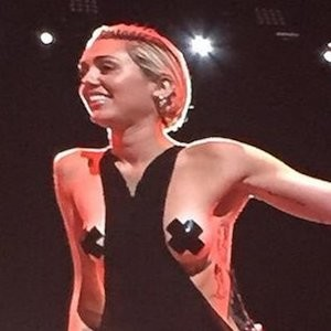 Miley Cyrus Topless (5 Photos + Gif) – Leaked Nudes